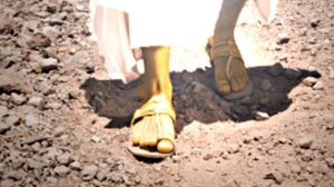Des pieds semblables à de l'airain