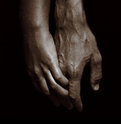 Holding hands, Mats Bergström; Shutterstock